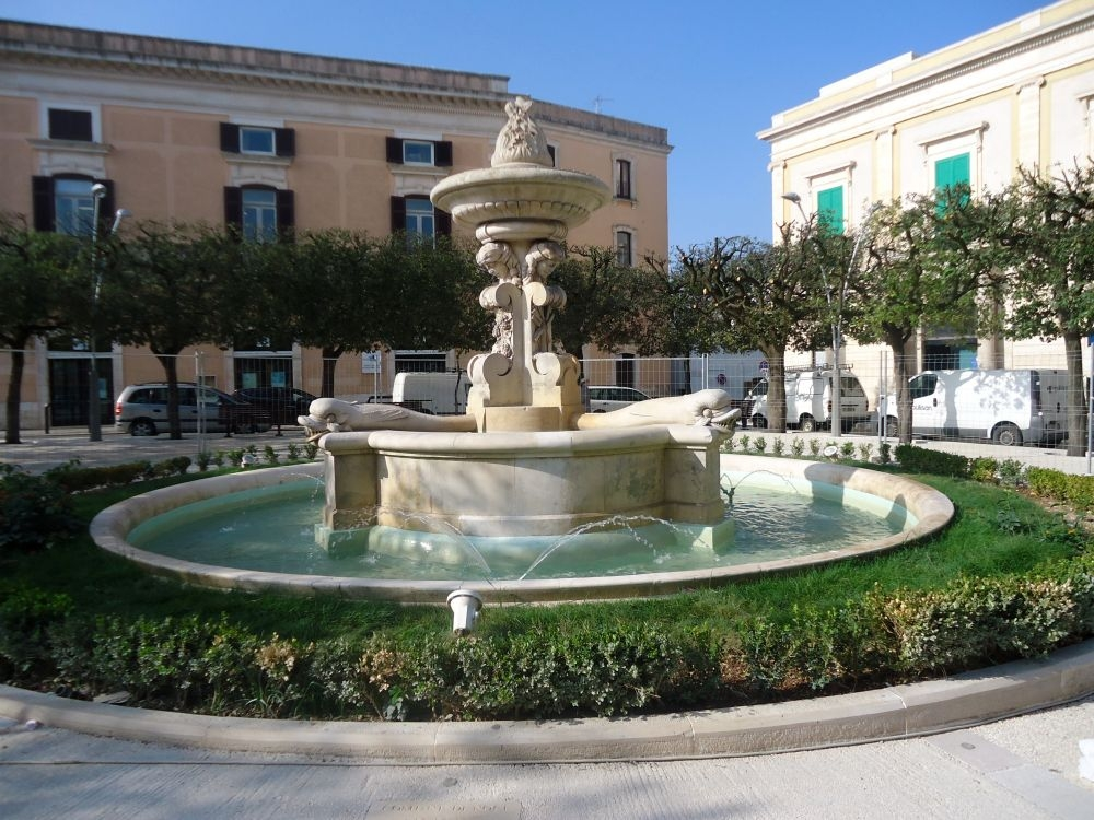Noci, de fontein op het plein zien en doen