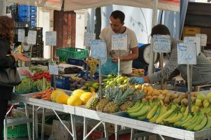 Op dinsdagmorgen een grote markt in Noci aanbevolen door B&B Villa Lavanda