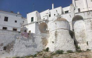 De buitenmuur van Ostuni te bezoeken vanuit B&B Villa Lavanda bij Alberobello