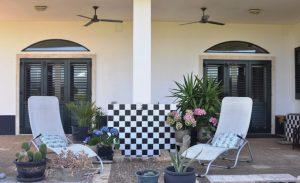 Een fijn plekje in zon of schaduw op de 3 veranda's Bij B&B Villa Lavanda in Puglia