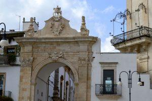 De poort vanaf het plein in Martina F. naar het historische deel van het stadje
