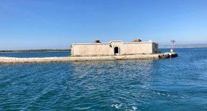 Een eiland vanaf de dolfijnenboot bij Taranto