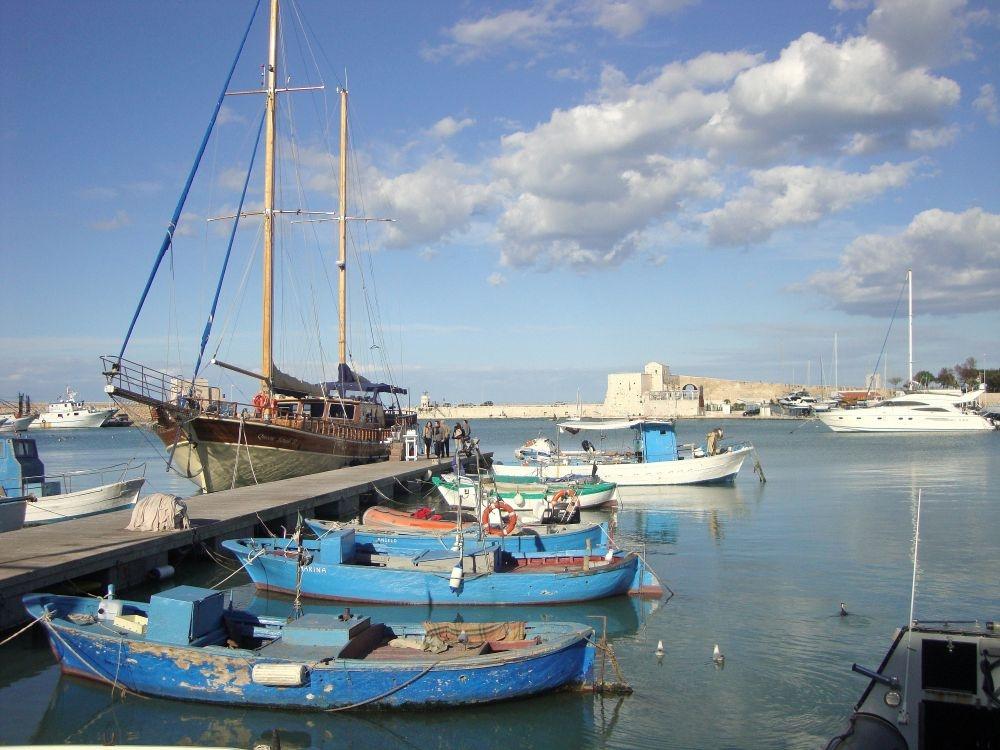 De jacht en vissershaven van Trani aan de Adriatische Zee